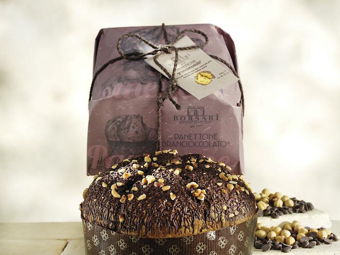 Pandoro Gran cioccolato con pezzi di cioccolato ricoperto con cioccolato fondente e granella di nocciole borsari